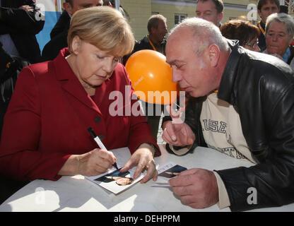 Ribnitz-Damgarten, Germany. 19th Sep, 2013. German Chancellor Angela Merkel signs autographs at a CDU election campaign - Stock Photo