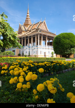 The lovely Moonlight Pavilion, with yellow flowers in the foreground, on the grounds of the Royal Palace in Phnom - Stock Photo