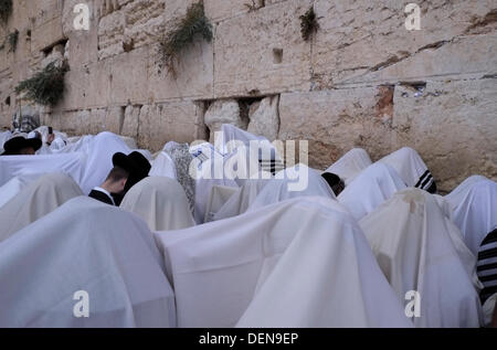 Israel, Jerusalem. 22nd Sep, 2013. Jewish worshippers taking part in the bi-annual mass 'birkat kohanim' or 'priestly - Stock Photo