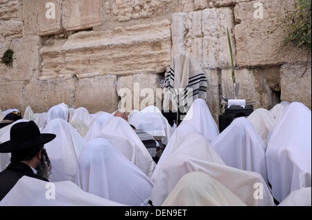 Jewish worshipers taking part in the bi-annual mass 'birkat kohanim' or 'priestly blessings,' which take place during - Stock Photo