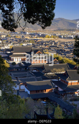 Aerial view of UNESCO Lijiang Old Town and Mu Family Mansion (Mushi Shisifu), house of a former Naxi Chieftain, - Stock Photo