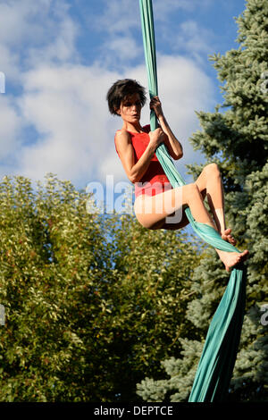 Bellmore, New York, U.S. 22nd September 2013. ROBIN LYNCH, aerialist from Valhalla, Westchester, performs hanging - Stock Photo