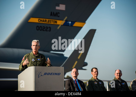 Gen. Paul Selva, Air Mobility Command commander, speaks to Boeing employees at the final U.S. Air Force C-17 Globemaster - Stock Photo