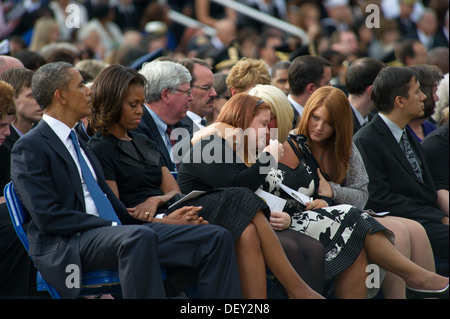 Friends and family of those killed at a Navy Yard shooting hold each other during a memorial for those killed during - Stock Photo