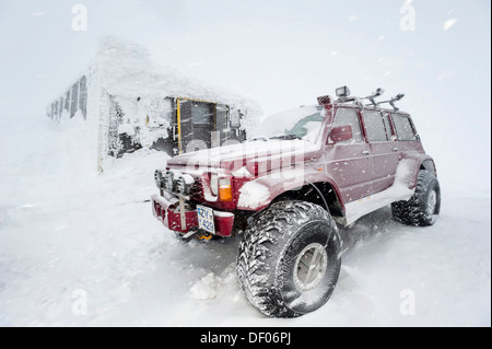 Super Jeeps in front of the snow-covered and frozen Grímsvoetn Hut, Icelandic Highlands, Iceland, Europe - Stock Photo