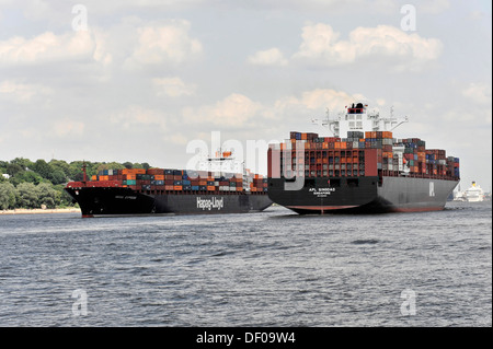 Encounter, right the APL QINGDAO container ship, 349 m long, built in 2012, left the SEOUL EXPRESS, 294 m long, - Stock Photo