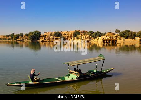 India, Rajasthan, Jaiselmer, Honeymooners on boat, Gadisar Lake - Stock Photo