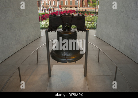 LIBERTY BELL (©PASS & STOW 1753) LIBERTY BELL CENTER (©BERNARD CYWINSKI  2003) PHILADELPHIA PENNSYLVANIA USA - Stock Photo