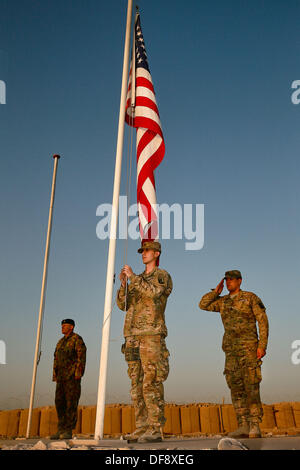 Tarin Kot, Afghanistan. 29th Sep, 2013. United States Army Spcs. Michael Arsenault and Jesus Arias lower the flags - Stock Photo