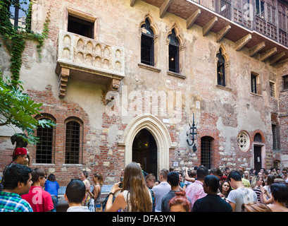 Crowds of tourists below the balcony in the Casa di Giulietta (Juliet's House), Via Cappello, Verona, Veneto, Italy - Stock Photo