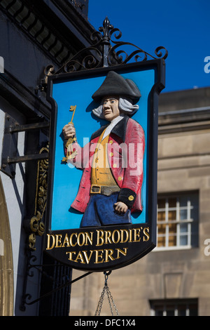 Deacon Brodie's Tavern, Royal Mile, Edinburgh, Scotland; William Brodie, famous 18thC robber and burglar, eventually - Stock Photo