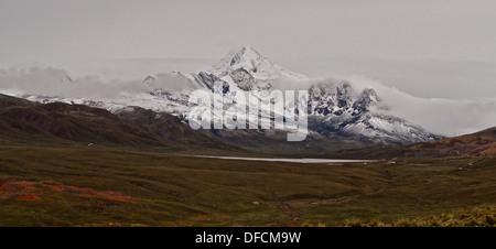 The snow topped mountain of Huayna Potosi in the Cordillera Real near La Paz, Bolivia (6,088 metres/19,974 feet - Stock Photo