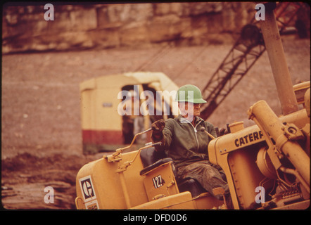 DRAGLINE AND WORKERS AT SITE OF OIL SPILL CLEAN-UP OPERATIONS ON THE SAN JUAN RIVER IN MONUMENT VALLEY, UTAH. THIS - Stock Photo