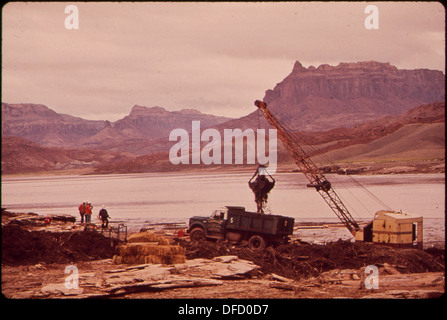DRAGLINE BASKET AND CLAIM SHELL BUCKET ARE USED TO SCOOP OIL-LADEN DEBRIS FROM LOG BOOM ON THE SAN JUAN RIVER. DUMP... - Stock Photo