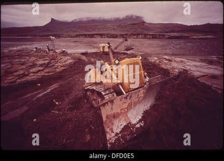 DRAGLINE SCOOPS UP DEBRIS AT LOG BOOM SITE NEAR NORTHEAST TIP OF LAKE POWELL FOLLOWING MASSIVE OIL SPILL INTO THE - Stock Photo