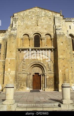 León España  Detalle de la Real Colegiata de San Isidoro en el casco antiguo de la ciudad de León  Detail of the - Stock Photo
