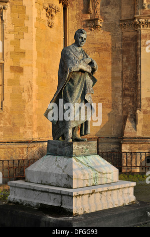 Statue on the seaward side of Old College, Aberystwyth University, Aberystwyth, Wales, UK in the evening sun. - Stock Photo