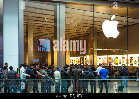 Apple Shop Queue for new Product Westfield Shopping Centre - Stock Photo