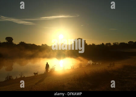 Peterborough, Cambridgeshire, UK. 6th October 2013.  A person out for an early morning walk through the mist at - Stock Photo