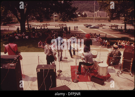 WEST VIRGINIA CELEBRATED ITS 110TH BIRTHDAY IN 1973 WITH ROCK CONCERTS ON THE STEPS OF THE STATE CAPITOL. WEST... - Stock Photo