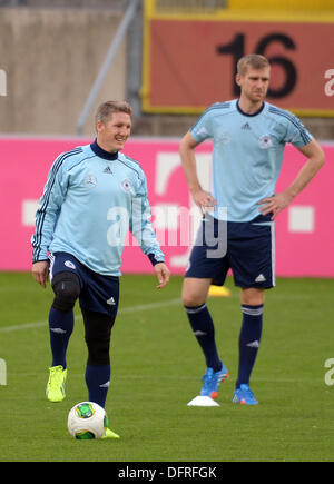 Duesseldorf, Germany. 08th Oct, 2013. Germany's Bastian Schweinsteiger (L) and Per Mertesacker practise during the - Stock Photo