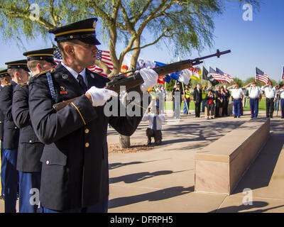 Phoenix, Arizona, USA. 8th Oct, 2013. A US Army rifle salute at a ceremony for unclaimed US military veterans in - Stock Photo