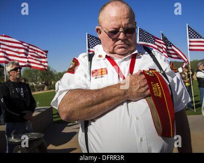 Phoenix, Arizona, USA. 8th Oct, 2013. A US military veteran bows his head in prayer at a ceremony interring the - Stock Photo