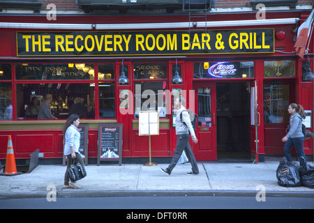 The Recovery Room Bar & Grill is a popular spot on the upper east side of Manhattan along 1st Ave.  Yorkville neighborhood. - Stock Photo