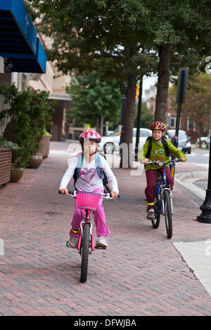 Arlington, Virginia, USA. 9th Oct, 2013. Elementary school students Lukash (10) and Sofia (8) Rosato bike to Franscis - Stock Photo