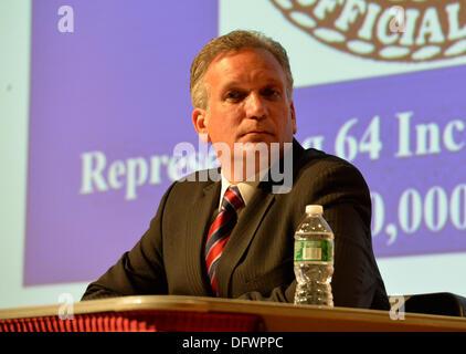 Old Westbury, New York, U.S. 8th October 2013. Republican EDWARD MANGANO, the Nassau County Executive, debates with - Stock Photo