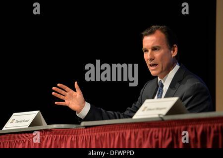 Old Westbury, New York, U.S. 8th October 2013. Democrat THOMAS SUOZZI, the former Nassau County Executive, debates - Stock Photo