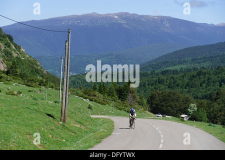 France, Midi-Pyrénées - Cylist on the D25 road to Ax-les-Thermes, Ariege. - Stock Photo