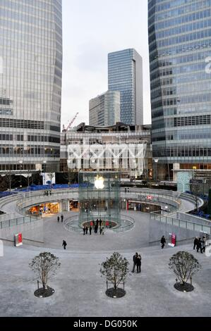 Shanghai (China): square and Apple store in Pudong - Stock Photo