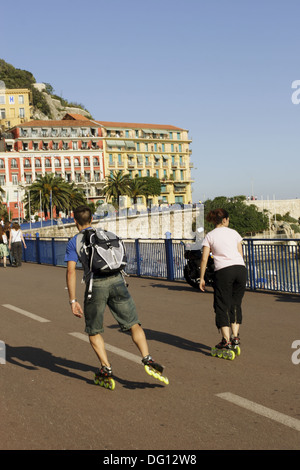 Roller bladers speed along Quai Des Etats Unis in Nice. 2005. Nice. Côte d´Azur. France. - Stock Photo