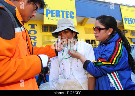 El Alto, Bolivia. 12th Oct, 2013.  A competitor is given a sweet (to increase blood sugar levels) and oxygen to - Stock Photo