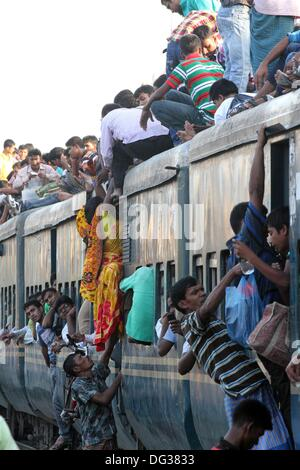 Thousands of Bangladeshis cram onto trains at the Airport Railway Terminal on the outskirts of Dhaka on 13 October - Stock Photo