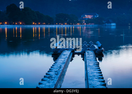 Kandy Lake and the Temple of the Sacred Tooth Relic (Sri Dalada Maligawa) at night, Kandy, Central Province, Sri - Stock Photo