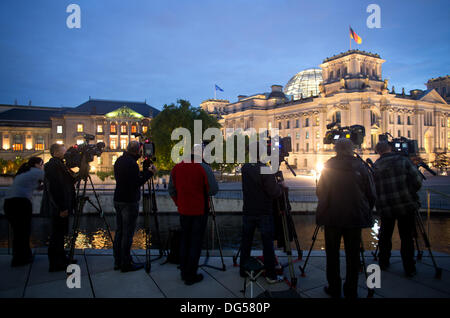 Berlin, Germany. 14th Oct, 2013. Camera teams observe the explorative talks between CDU/CSU and SPD at the German - Stock Photo