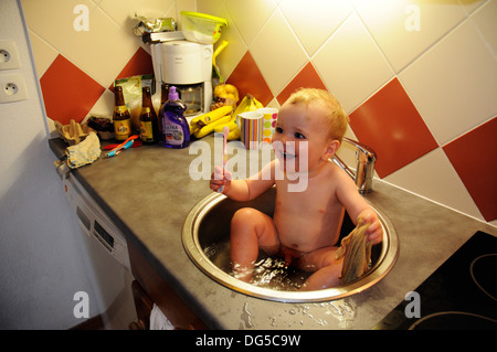Baby having bath in sink Stock Photo: 177782284 - Alamy
