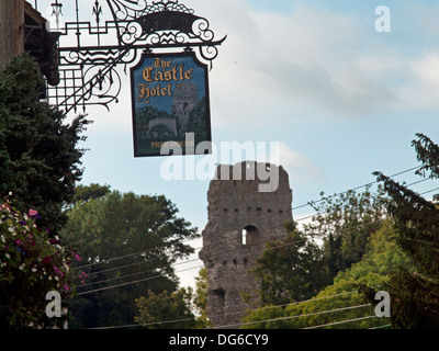 The Castle Hotel and the ruins of the castle in the village of Bramber in West Sussex - Stock Photo
