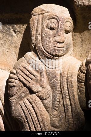Detalle del capitel de la Resurrección de Lázaro en el claustro del Monasterio de San Juan de la Peña, de estilo - Stock Photo