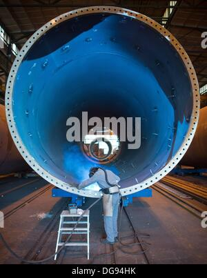 Fuerstenwalde, Germany. 15th Oct, 2013. A welder of the chemical and tank facility construction company Reuther - Stock Photo