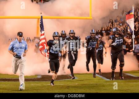 Chapel Hill, NC, USA. 17th Oct, 2013. October 17, 2013: North Carolina takes the field before the NCAA Football - Stock Photo