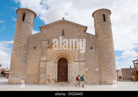 Facade of San Martín church and two pilgrims. Frómista, Palencia province, Castilla León, Spain. - Stock Photo