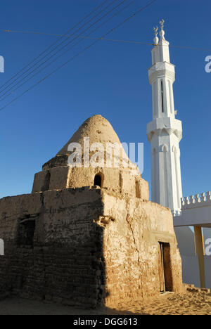 Mud house in front of the New Mosque of El Qasr, Dakhla Oasis, Western Desert, Egypt, Africa - Stock Photo