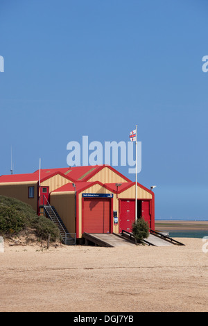 The RNLI lifeboat house on the beach. - Stock Photo