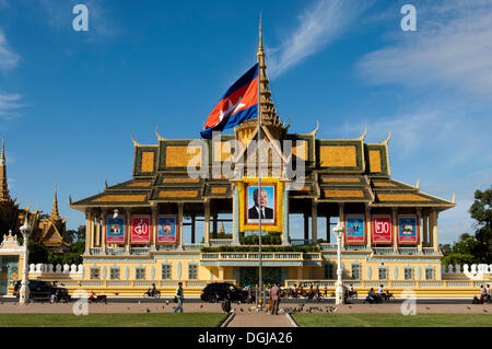 Moonlight Pavilion, Chan Chaya Pavilion, Royal Palace, with the portrait of the deceased King Norodom Sihanouk and - Stock Photo