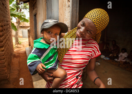 Mother and child in slum in Entebbe, Uganda, East Africa. - Stock Photo