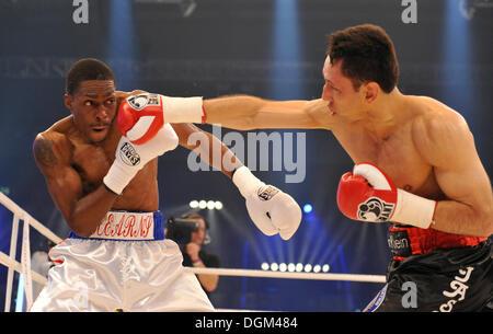 Men's boxing, WBA middleweight world champion Felix Sturm, Germany, black shorts, vs Ronald Hearns, USA, white shorts, - Stock Photo