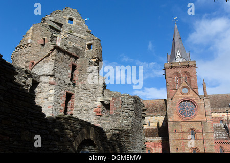 Islands of Orkney, Scotland. Picturesque view of Kirkwall's Bishops Palace, with St Magnus Cathedral on the right. - Stock Photo
